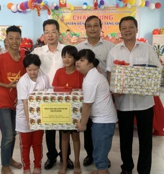Phó Bí thư thường trực Thành uỷ Đà Nẵng Nguyễn Văn Quảng tặng quà trung thu cho các cháu tại trung tâm da cam