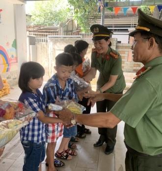 Khối thi đua xây dựng lực lượng - Hậu cần Công An thành phố Đà Nẵng tặng quà trung thu cho các cháu nạn nhân da cam