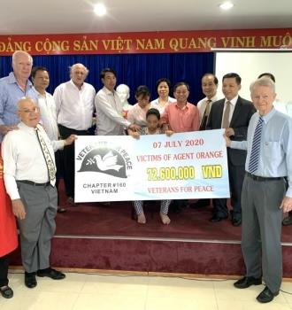 Trao tiền tài trợ sửa chữa nhà tình thương cho nạn nhân chất độc da cam Đà Nẵng